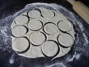 Раскатайте тесто тонко (2-3 мм), вырежьте круги