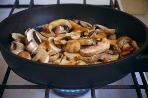 Отдельно согреть сливочное масло в сковороде