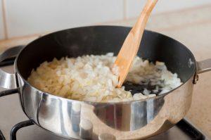подрумяньте на сливочном масле мелко нарезанный лук