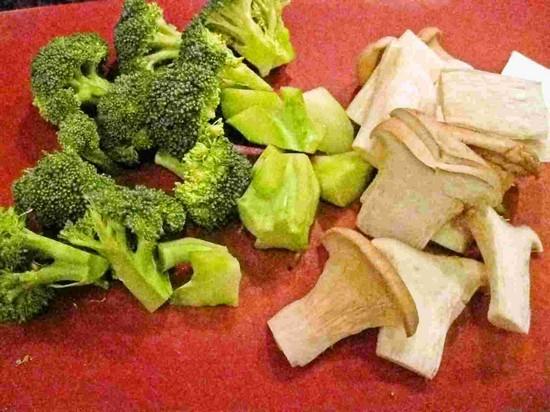 Порезать соломкой морковь и грибы, а брокколи поделить