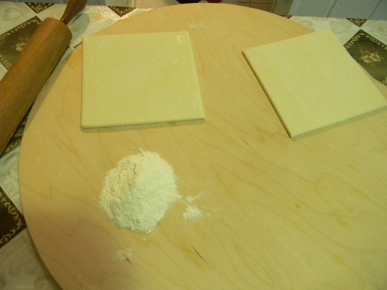 размороженные пласты слоеного теста раскатайте