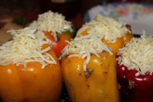Посыпьте крупно натертым твердым сыром