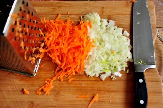 Нашинкуйте лук и натрите очищенную морковь