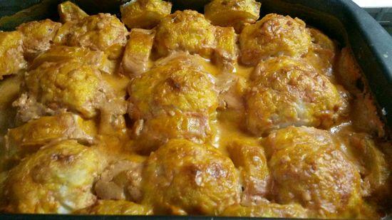 Мясные фрикадельки с картошкой и сыром в духовке