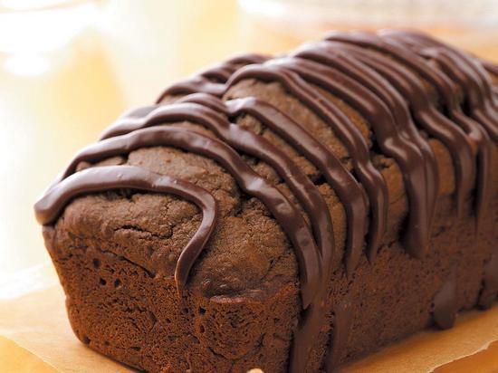 кекс с изюмом политый шоколадом