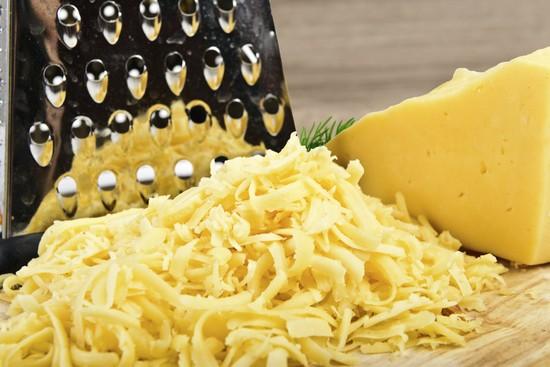 Твердый сыр натереть крупно