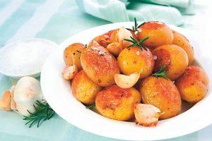 Как запечь картофель в духовке в мундире целиком