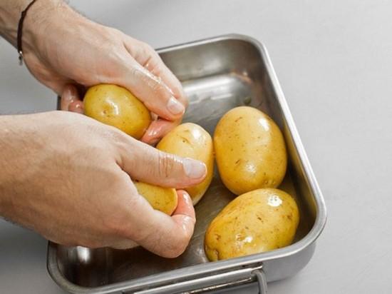 Соль смешайте с растительным маслом