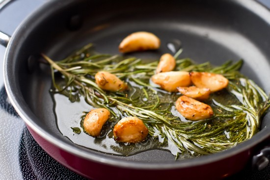 Подогрейте кусочек сливочного масла на сковороде