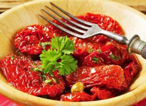 Универсальная закуска и отличный ингредиент для салатов и соусов - вяленые помидоры. Рецепт в духовке для тех, кто решит приготовить этот деликатес на собственной кухне.