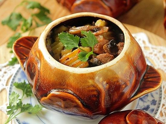 Блюдо, которое всегда вызывает восторг - говядина в горшочке в духовке. Рецепты на выбор: с овощами, грибами, картофелем и мясное жаркое с луком в горчичном соусе.