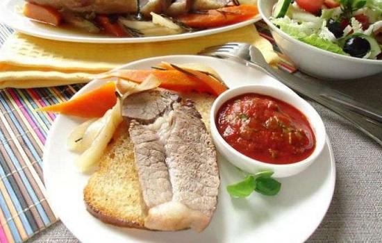 Мягкая говядина на овощной подушке