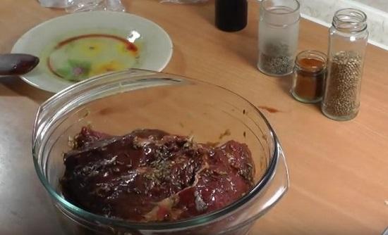 Опустите в приготовленный маринад кусок говядины