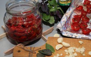 Сложите вяленые томаты