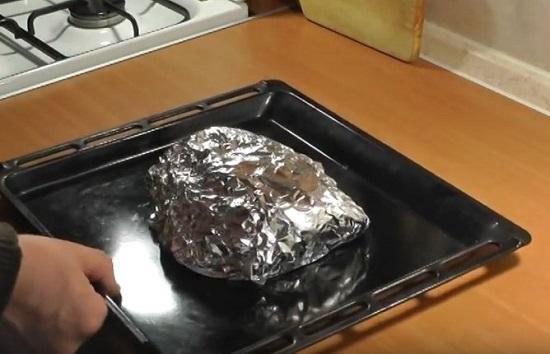 Выложите конверт с мясом на противень