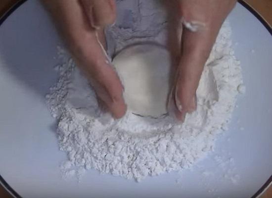 Скатайте творожно-яичную массу в шарики