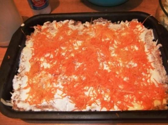 уложите тертую морковь