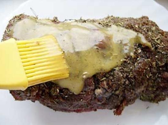 нанесите 2/3 приготовленного соуса на мясо