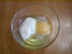смешайте сметану с сырым яйцом