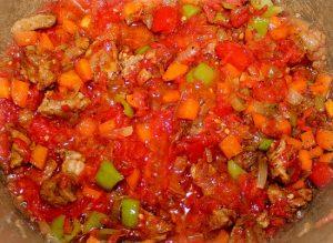 Выложите в казанок помидорную массу