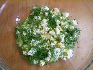 В кастрюлю с капустой и манкой добавьте кусочки отваренного яйца