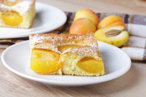 Бисквит с абрикосами в духовке