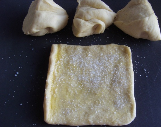 Смазываем заготовки маслом и присыпаем сахарным песком