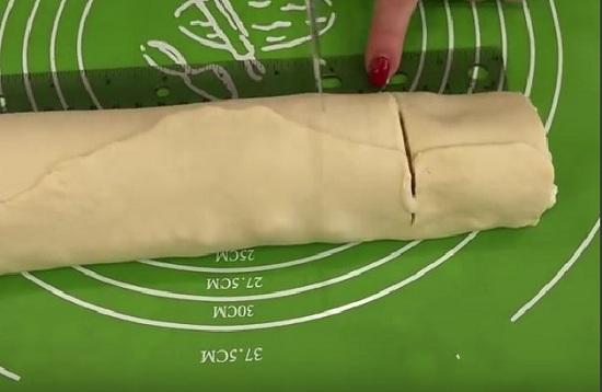 Разрезаем рулет на части одинакового размера