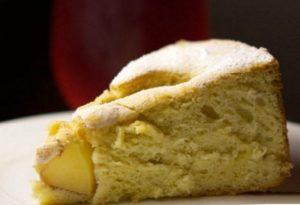 вкусный бисквит с яблоками