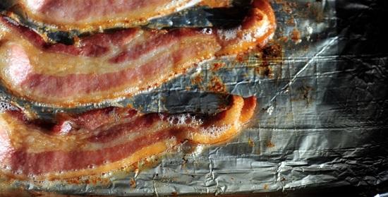 Бекон, запеченный в духовке: рецепт с грудинкой