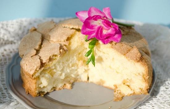 Бисквит классический с яблоками