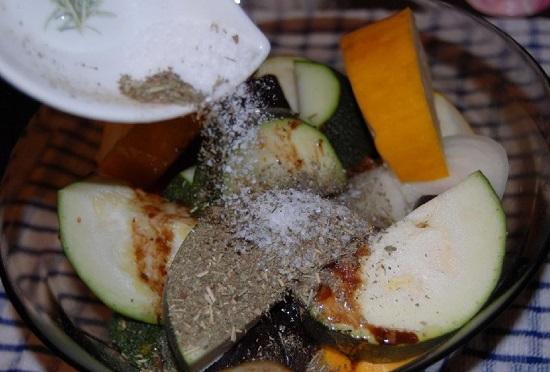 Посыпаем овощи приготовленной пряной смесью