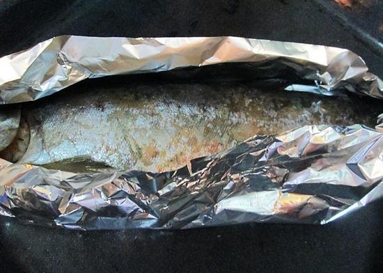 Заверните рыбу в фольгу