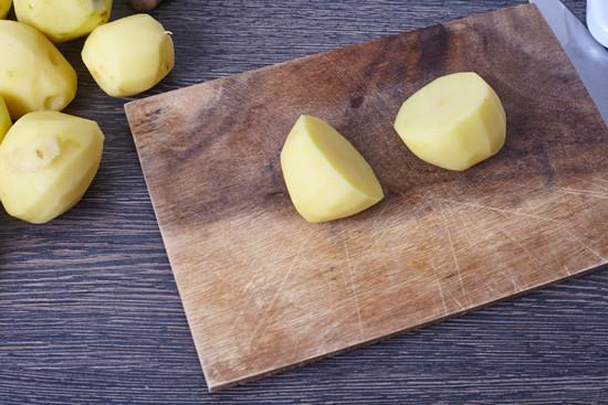 картофель, разрежьте на половинки