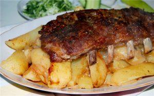 Ребрышки с картофелем в духовке: рецепт