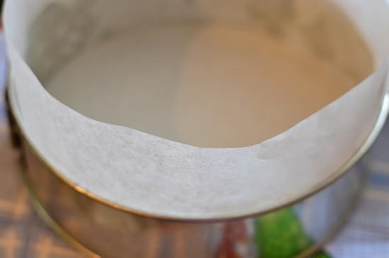 перед выпеканием манника их застелить пергаментной бумагой