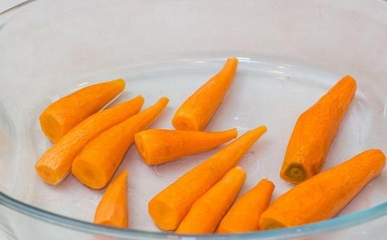бескостные окорочка с морковью и чесноком