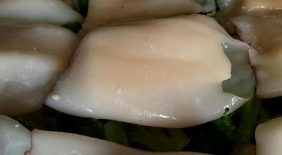 Фаршируем сырными ломтиками тушки кальмаров