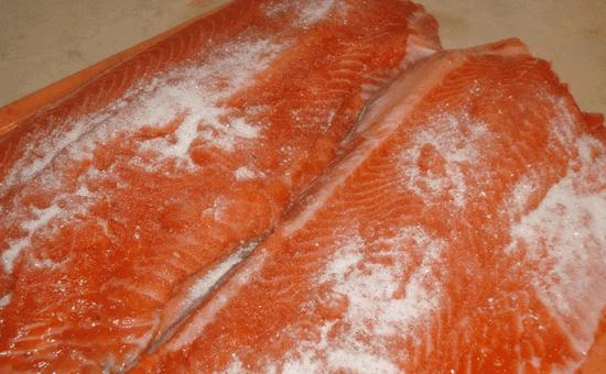 Натрите солью горбушу
