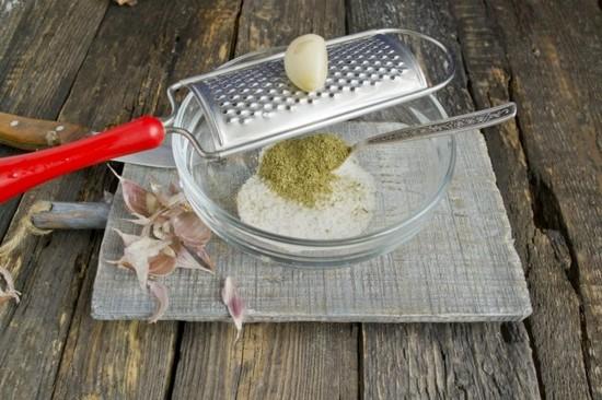 В сметану высыпьте соль и перец