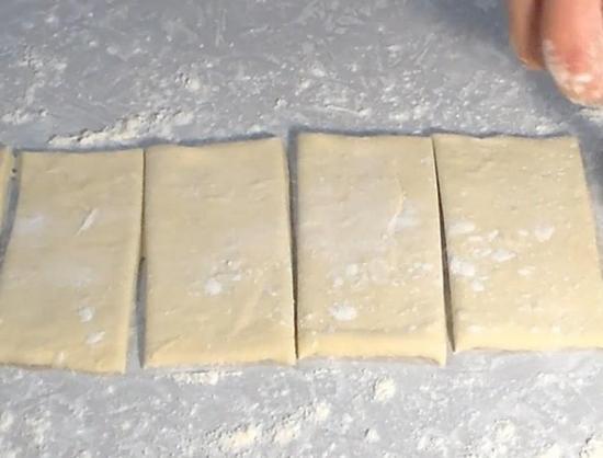тесто разрезанное на прямоугольники
