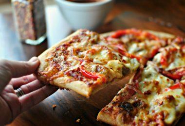 Рецепт пиццы в духовке с колбасой, помидорами и сыром