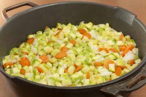 овощную смесь пассеруют