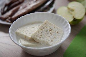 хлеб, вымоченный предварительно в коровьем пастеризованном молоке
