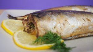 кусочки рыбного филе взбрызните свежеотжатым лимонным соком