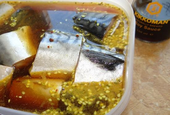 рыбку маринуйте в специях или соевом соусе