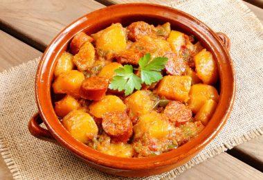 Сосиски в духовке: рецепт с картошкой
