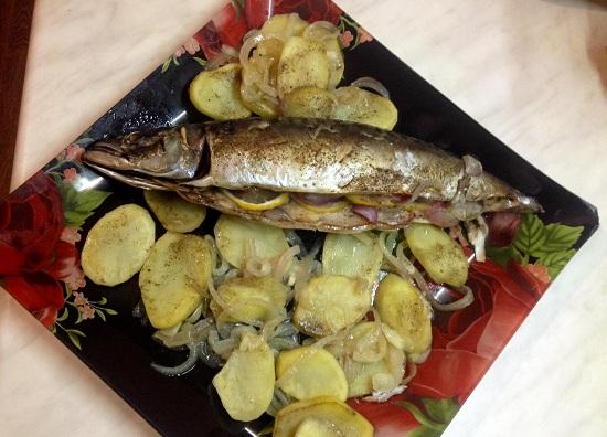 Скумбрия, запеченная в духовке с картошкой: рецепт