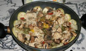 Судак, запеченный с овощным ассорти и грибочками