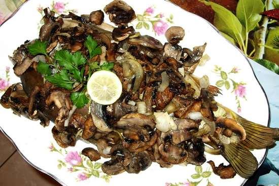 Карп, фаршированный грибами в духовке